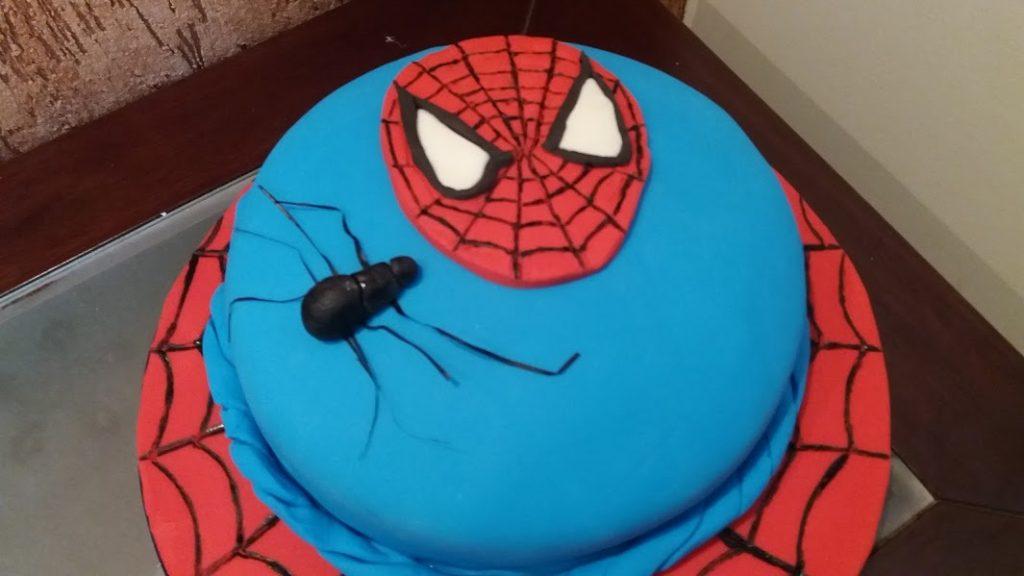 bolo do homem aranha com pasta americana