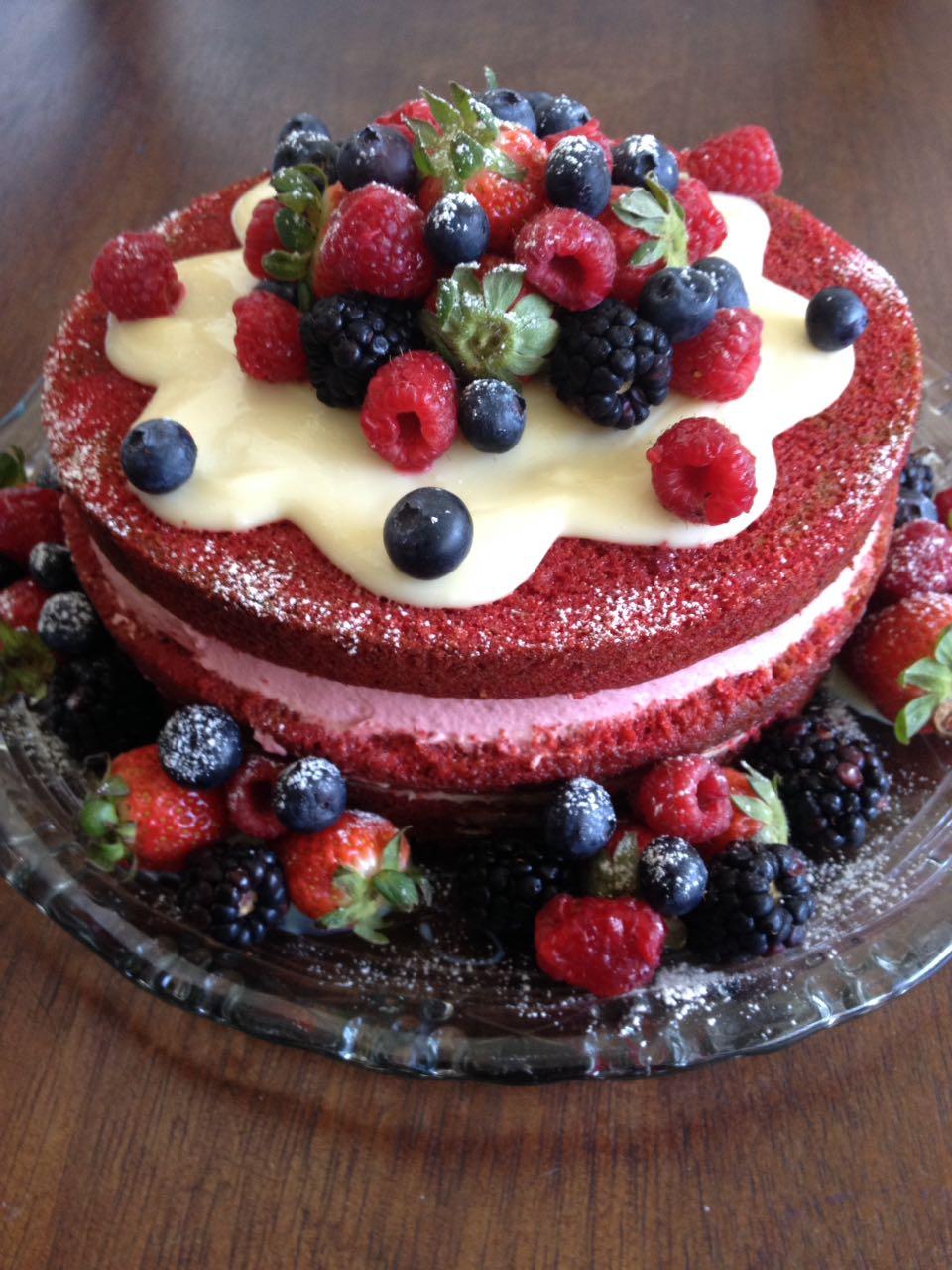 Bolo Red Velvet com frutas vermelhas