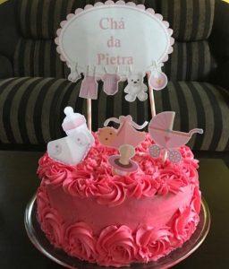 Bolo de chá de bebe com chantilly rosa