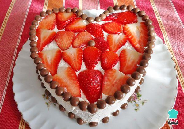 bolo de coração com morangos