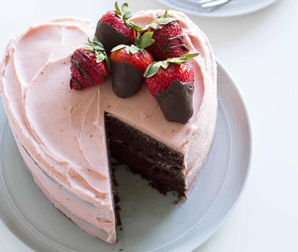 bolo de coracao com chantilly