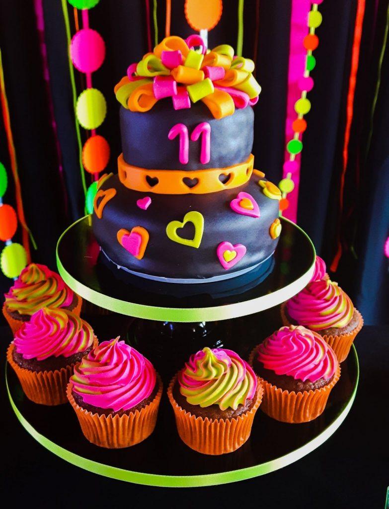 bolo para festa neon