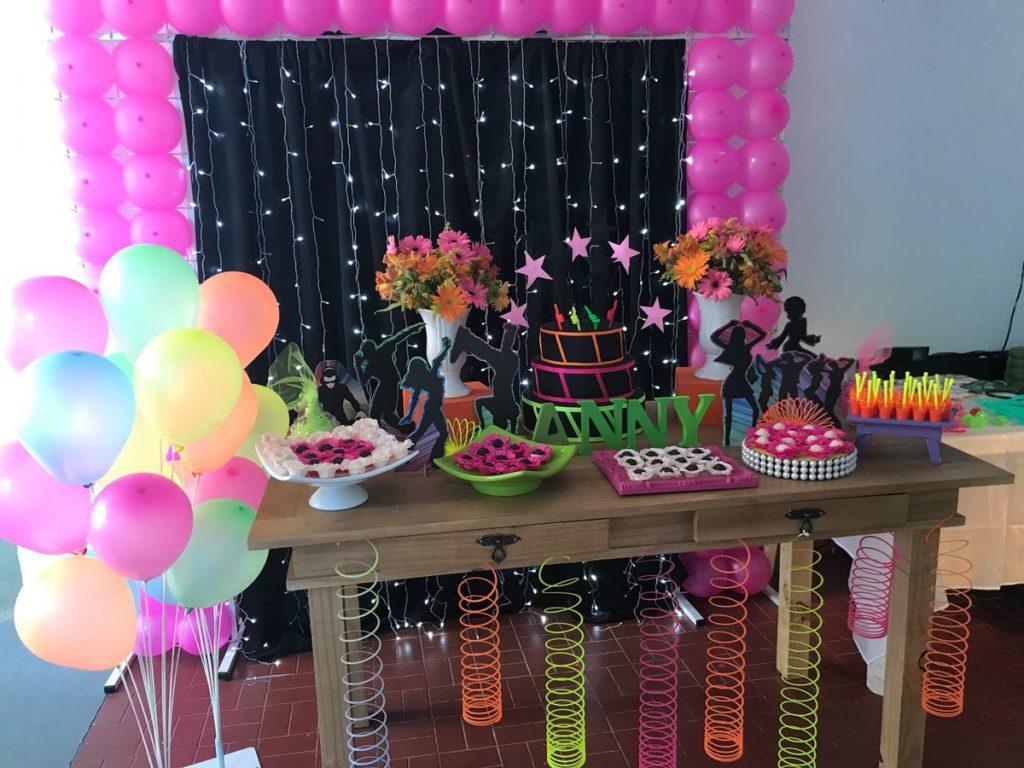 mesa de festa neon