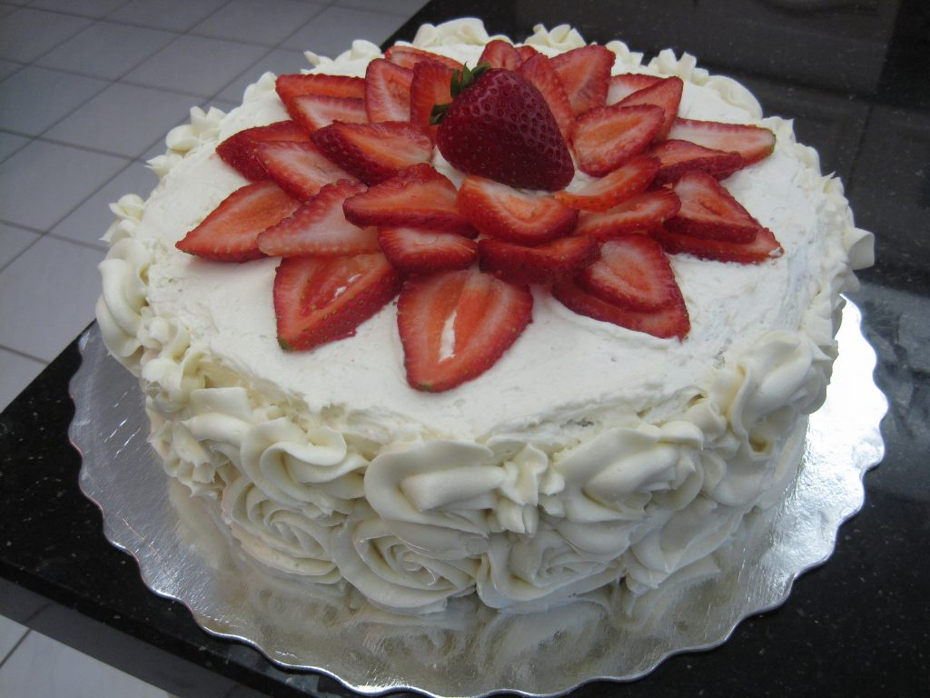 bolo decorado com chantilly e morango