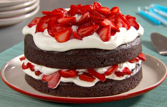 bolo decorado com chantilly e morango