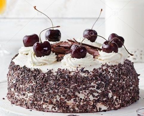 bolo decorado com chantilly e cereja