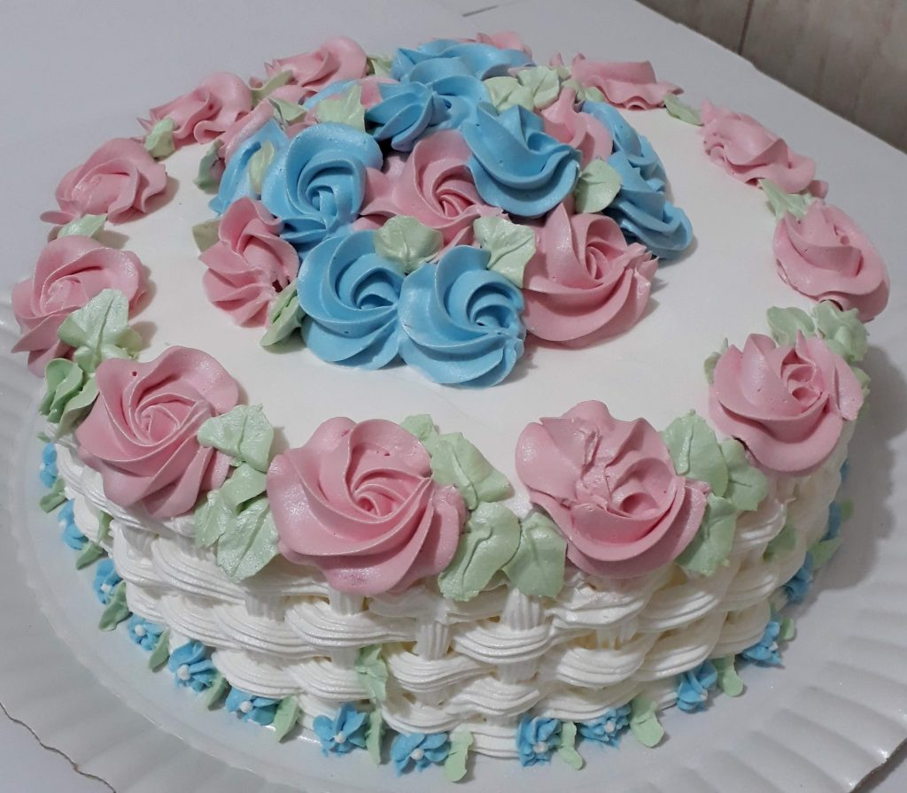 bolo decorado com chantilly e flores