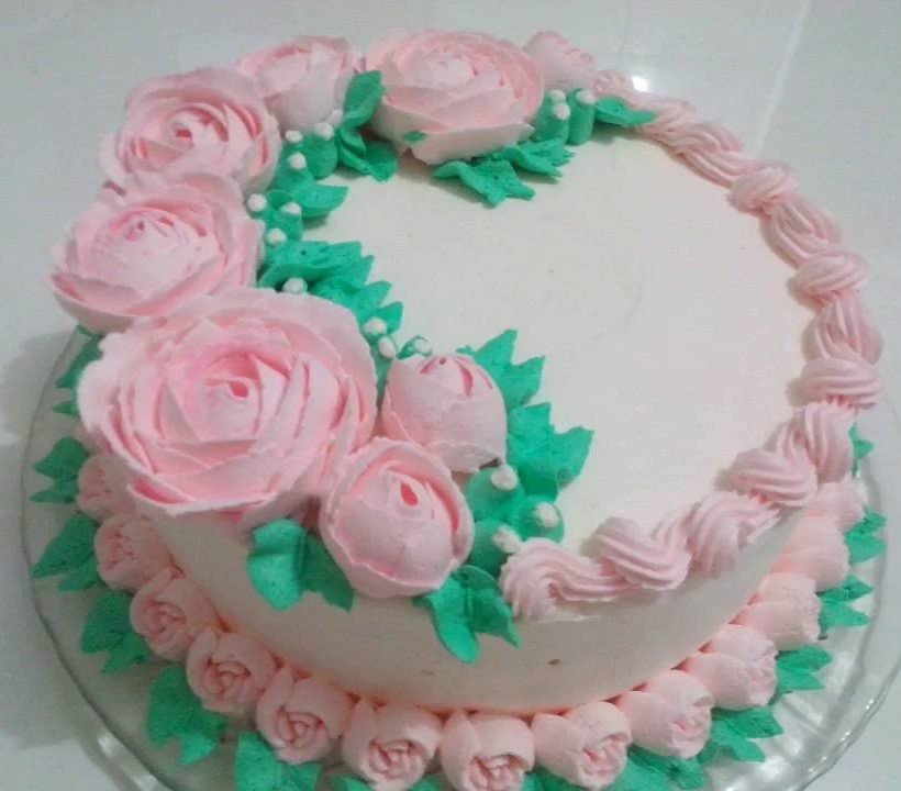 bolo decorado com chantilly e flores