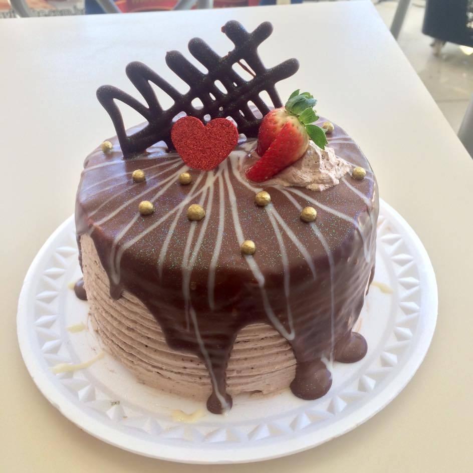 bolo decorado com chantilly de chocolate