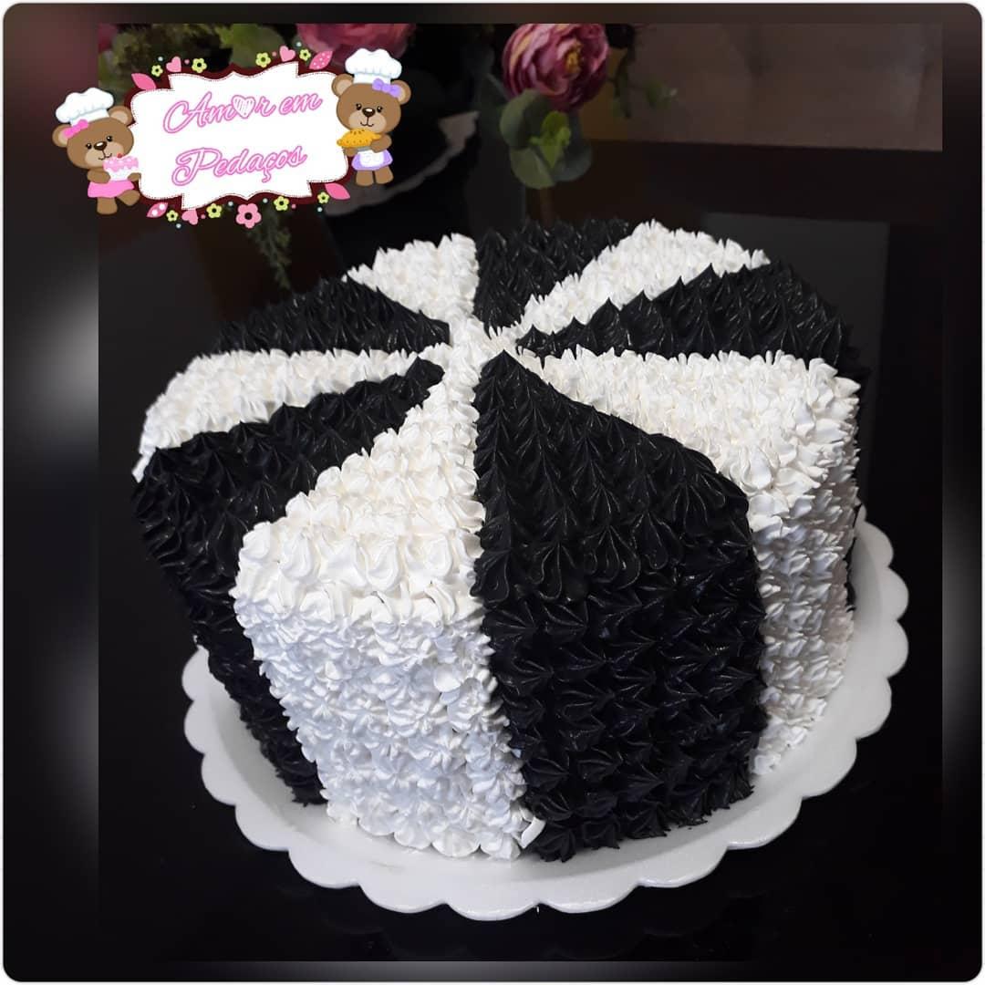 bolo decorado com chantilly preto e branco