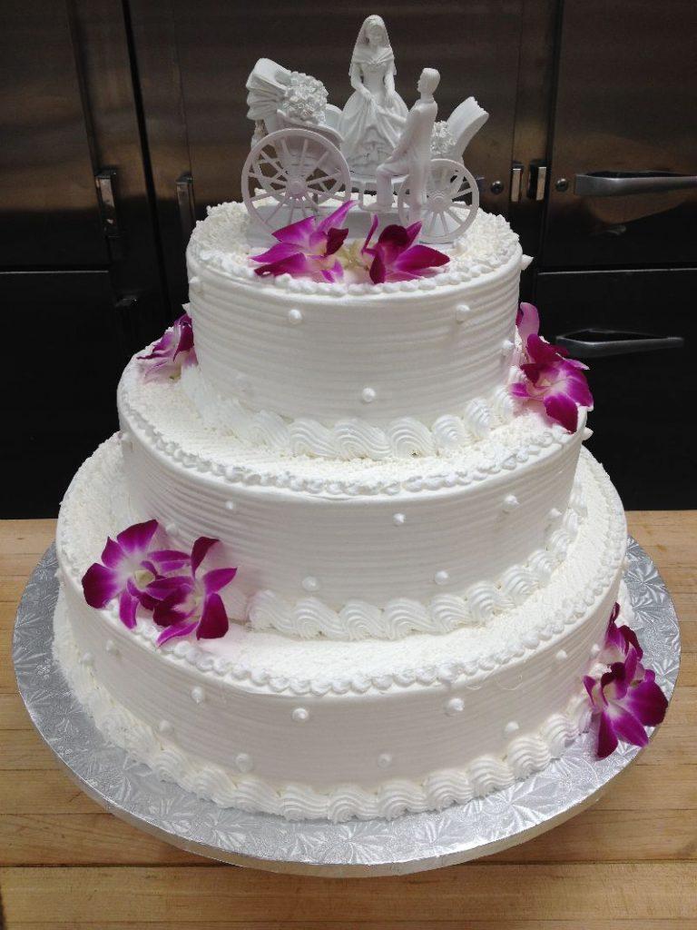 bolo decorado com chantilly para casamento