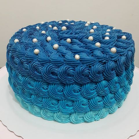 bolo decorado com chantilly azul