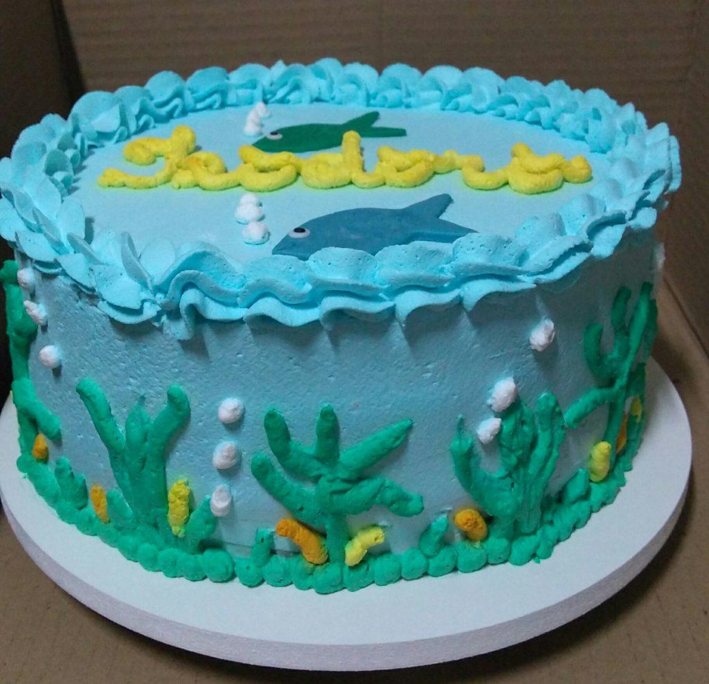bolo decorado com chantilly azul