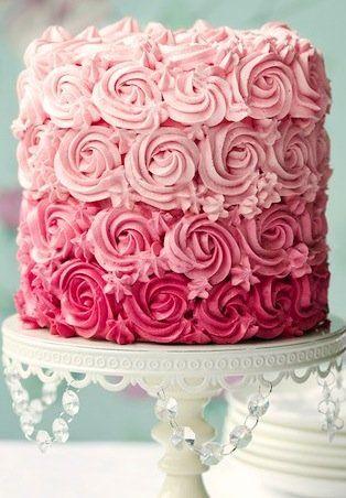 bolo decorado com chantilly rosa