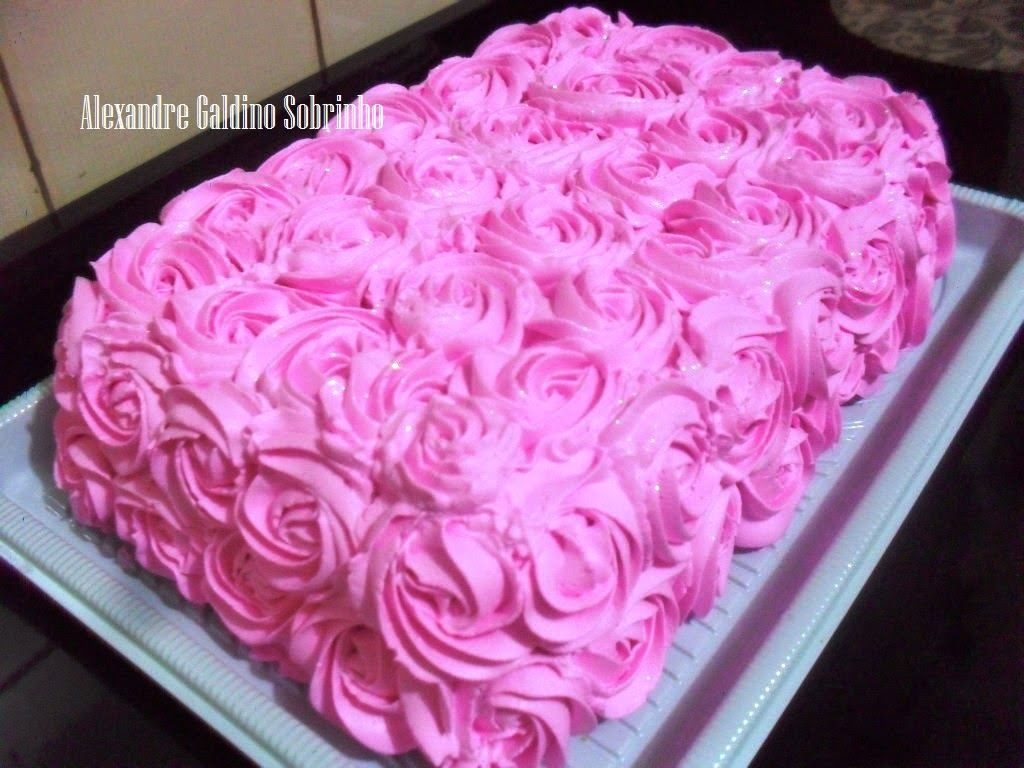 bolo decorado com chantilly rosa