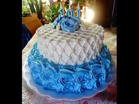 bolo decorado com chantilly azul e branco