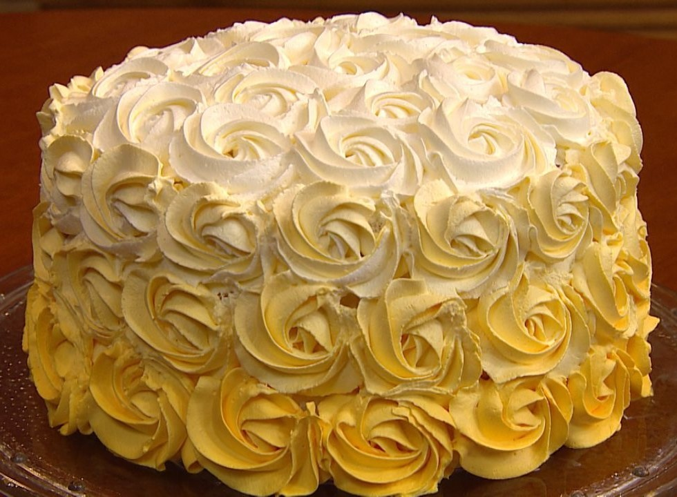 bolo decorado com chantilly amarelo