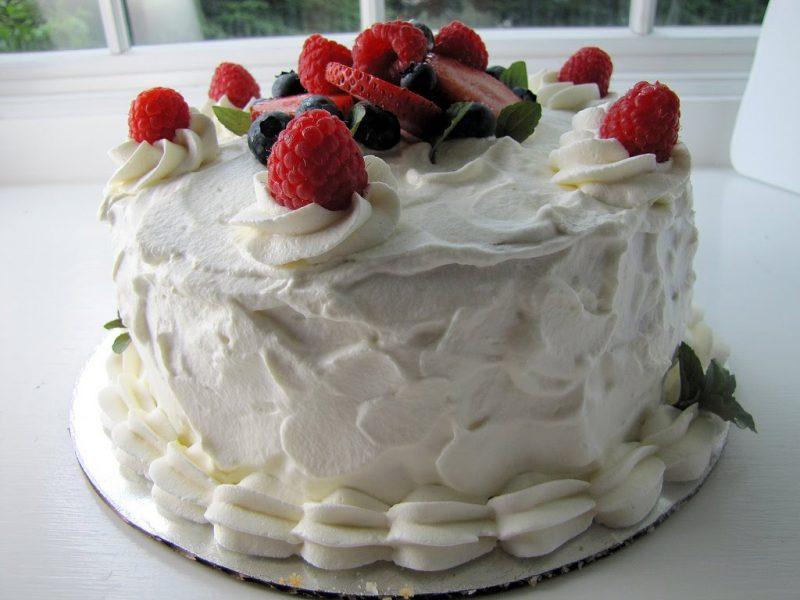 bolo decorado com chantilly simples