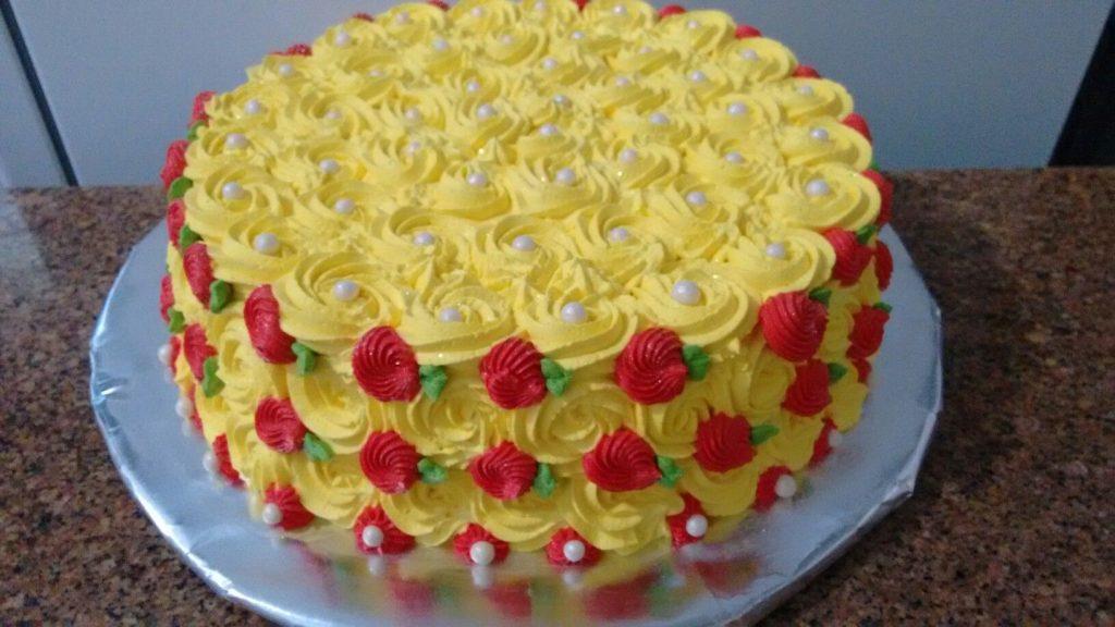 bolo decorado com chantilly amarelo