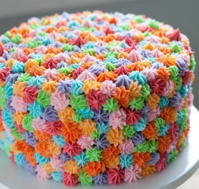 bolo decorado com chantilly colorido