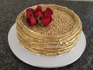 bolo decorado com chantilly dourado