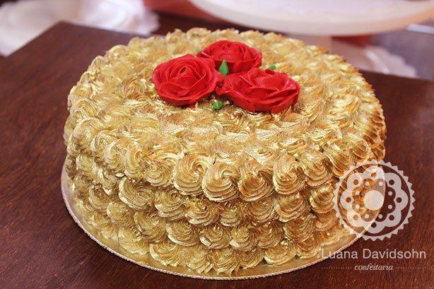 bolo decorado com chantilly dourado