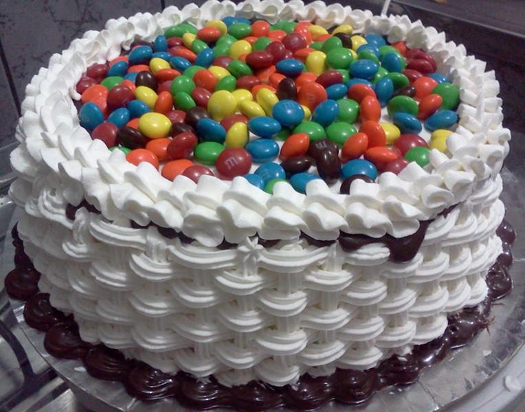 bolo decorado com chantilly infantil