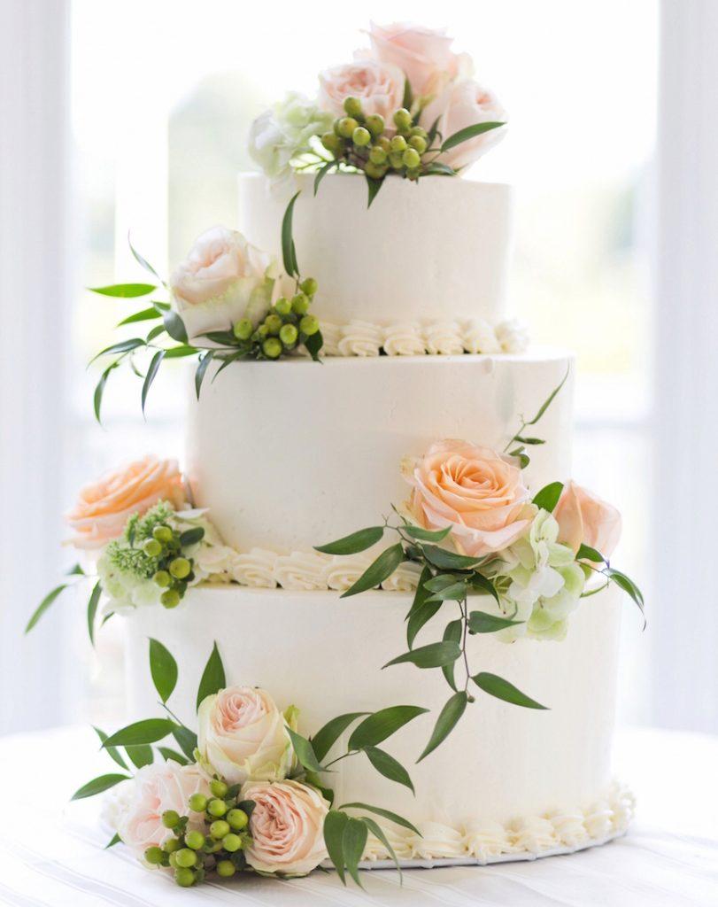 bolo decorado com flores naturais