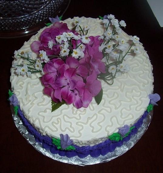 bolo decorado com flores artificiais