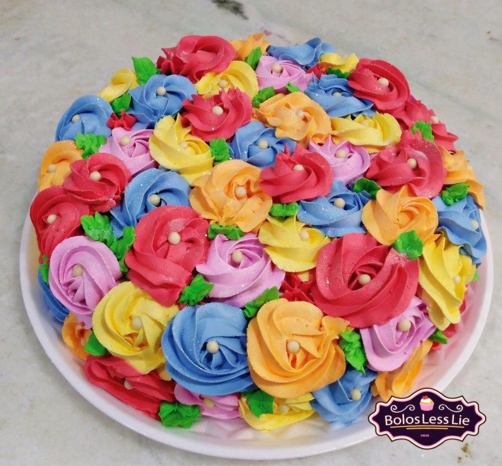 bolo decorado com flores de chantilly