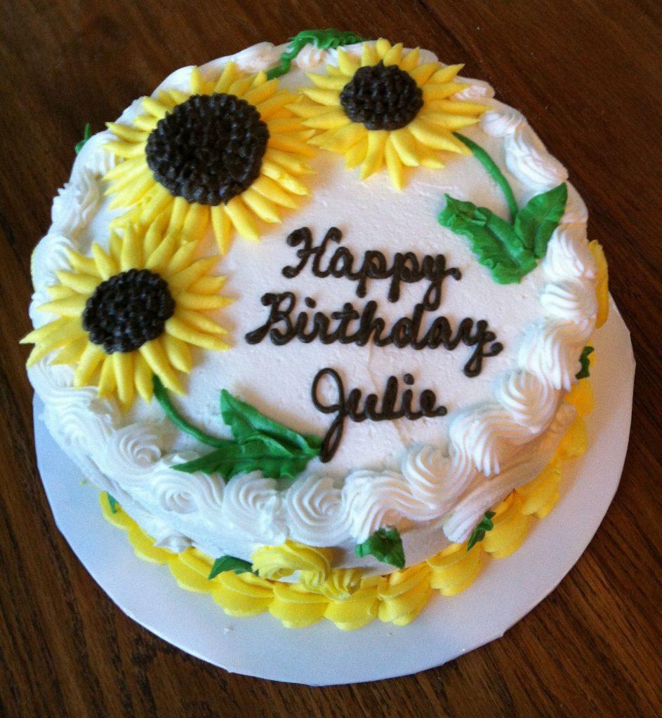 bolo decorado com flores de girassol