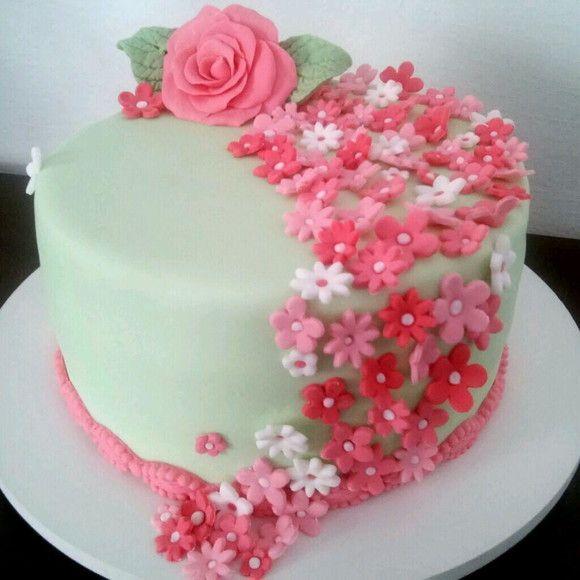 bolo decorado com flores de pasta americana