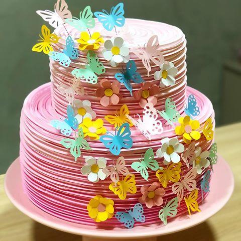 bolo decorado com flores e borboletas