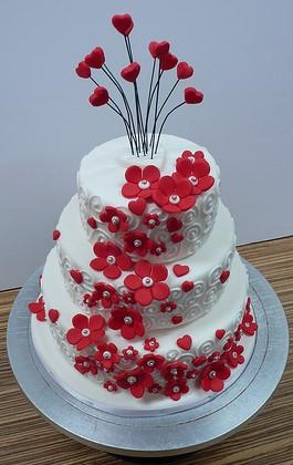 bolo decorado com flores vermelhas