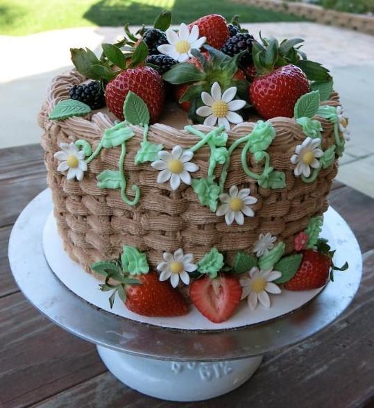bolo decorado com flores e frutas