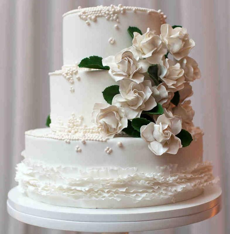 bolo decorado com flores de açúcar