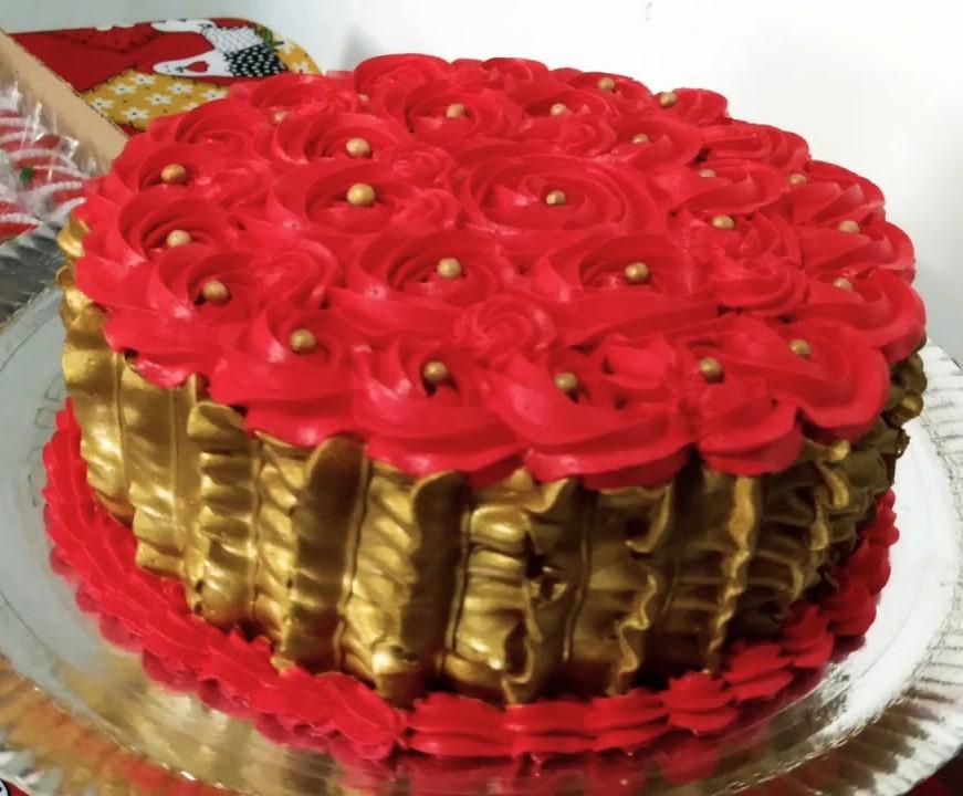 bolo dourado com rosas vermelhas
