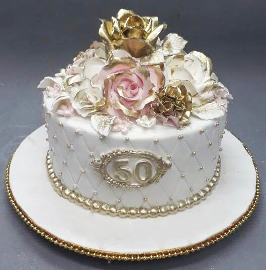 bolo dourado com flores