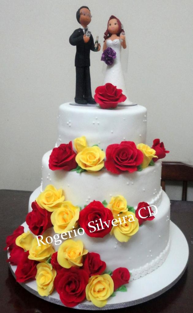 bolo de rosas vermelha e amarelas
