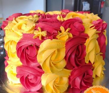 bolo vermelho e amarelo