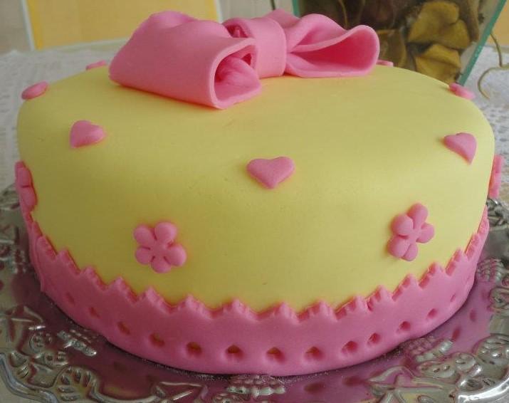 bolo amarelo e rosa