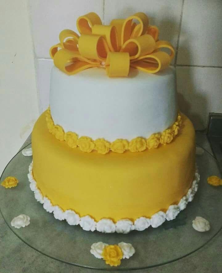 bolo amarelo e branco