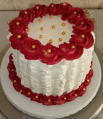 bolo vermelho e branco de chantilly