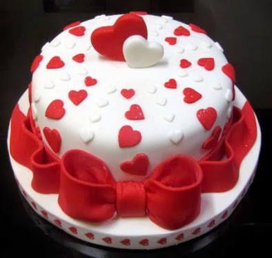 bolo vermelho e branco redondo