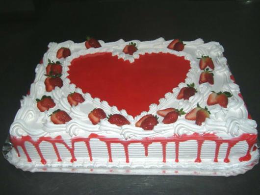bolo vermelho e branco quadrado