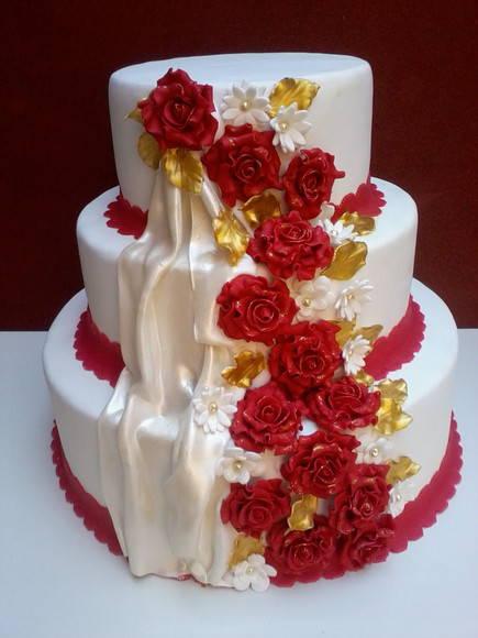 bolo vermelho e branco e dourado