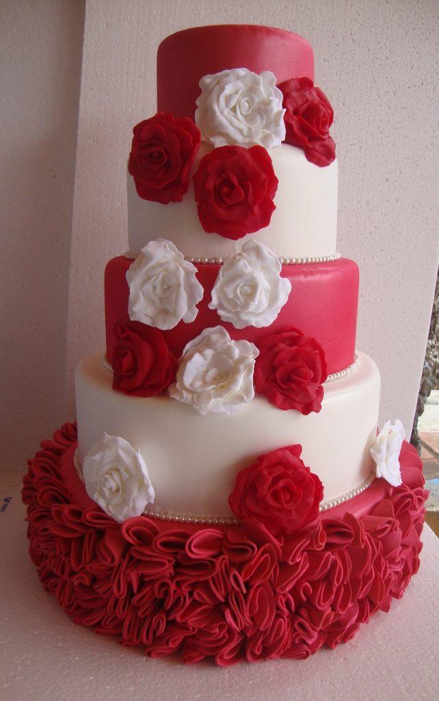 bolo fake vermelho e branco