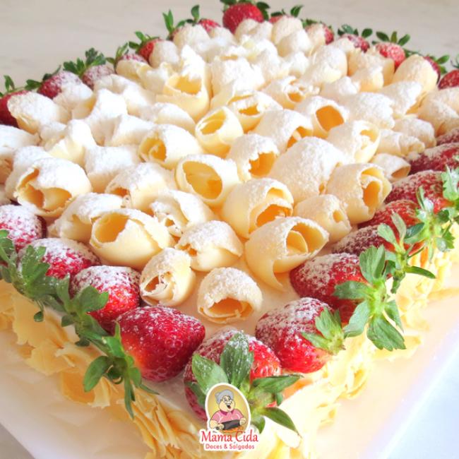 bolo decorado com morango E Chocolate