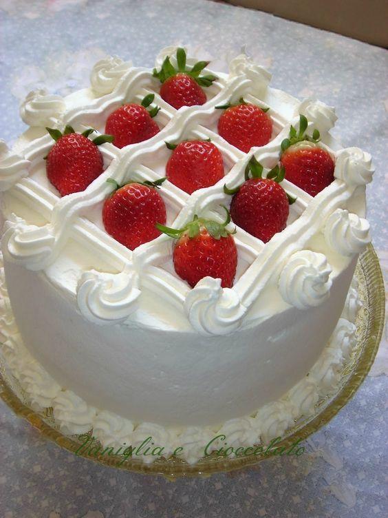 bolo decorado com morango E Chantilly