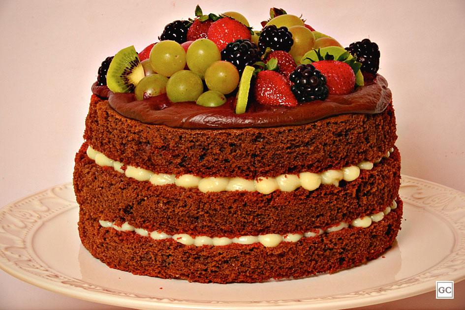 bolo decorado com morango E Uva